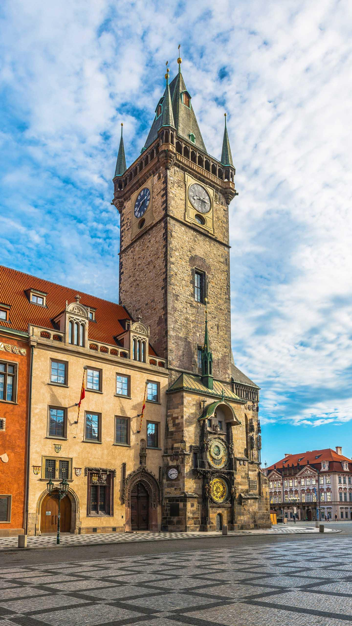 Prague Astronomical Clock. According to the principle of the Earth Center of the year, the clock above is circled one day, and the following year is around one week.