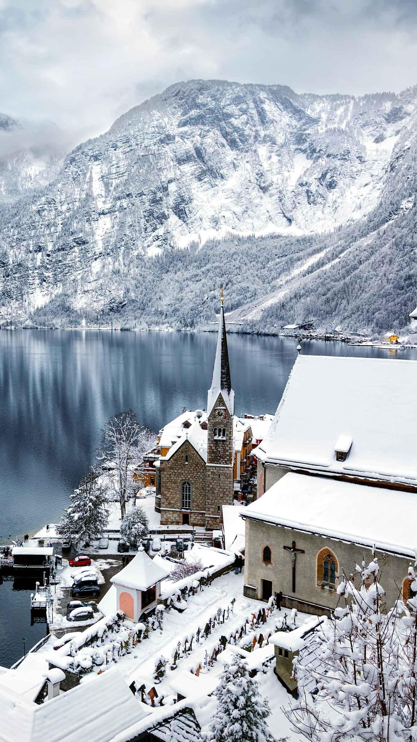 The most beautiful town in the winter world is covered in snow and the town of Hallstatt is old and elegant, just like a dream, it is unforgettable.