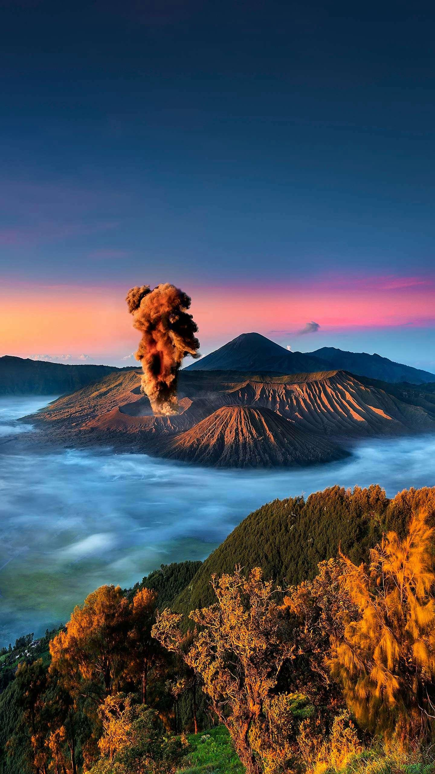 The wonders that Indonesia can't miss. From the towering and active volcano to the beautiful natural scenery, it meets almost everything the needs of outdoor travelers.
