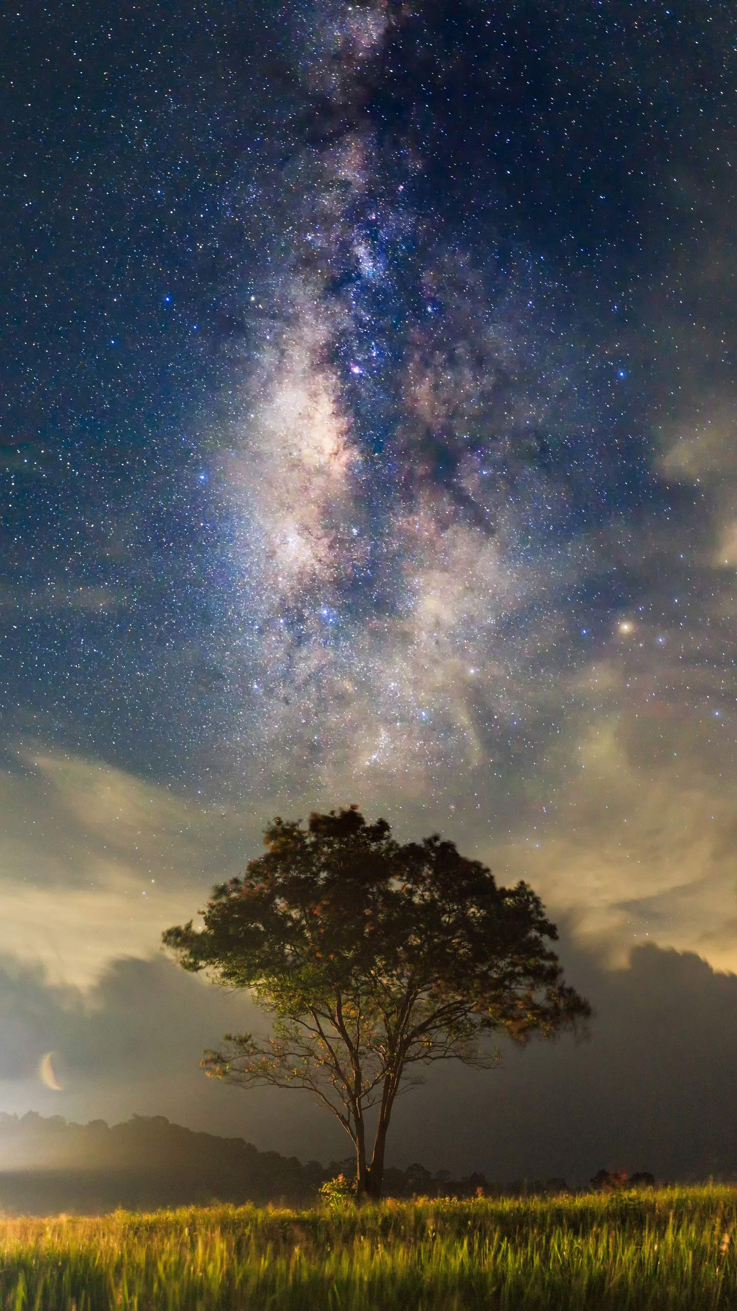 "How many times is the Milky Way? . The ""weight"" of the Milky Way is equivalent to the mass of 210 billion suns, which scientists use to estimate how big the Milky Way is."