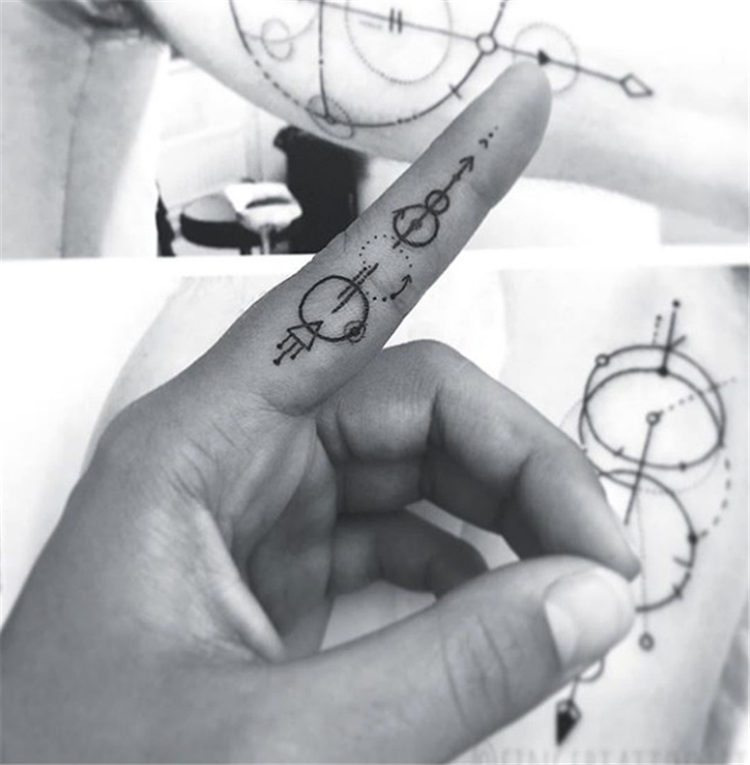 Mini Tattoos On Finger, Simple Tattoo, Beautiful Tattoos, Sex Tattoos, Mini Tattoos, Finger Tattoos, Meaningful Tattoos, Chic Tattoos