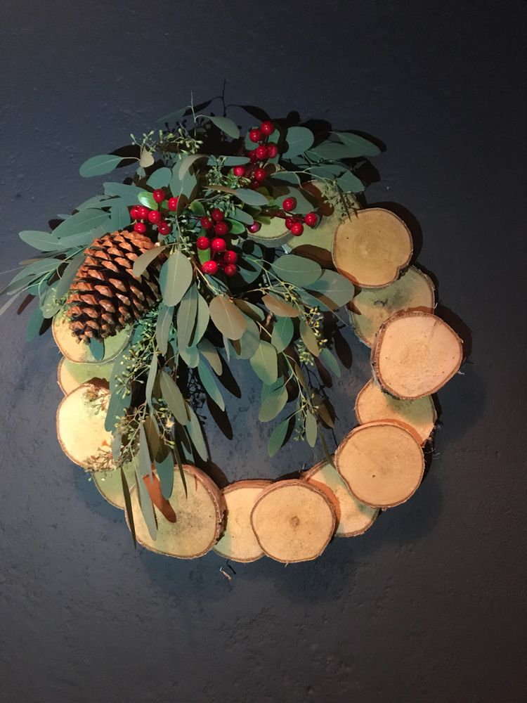 Rustic Wood Slice Wreath; Holiday Wreath; Christmas Decorations; DIY Christmas Centerpiece; Christmas Crafts; Christmas Decor DIY