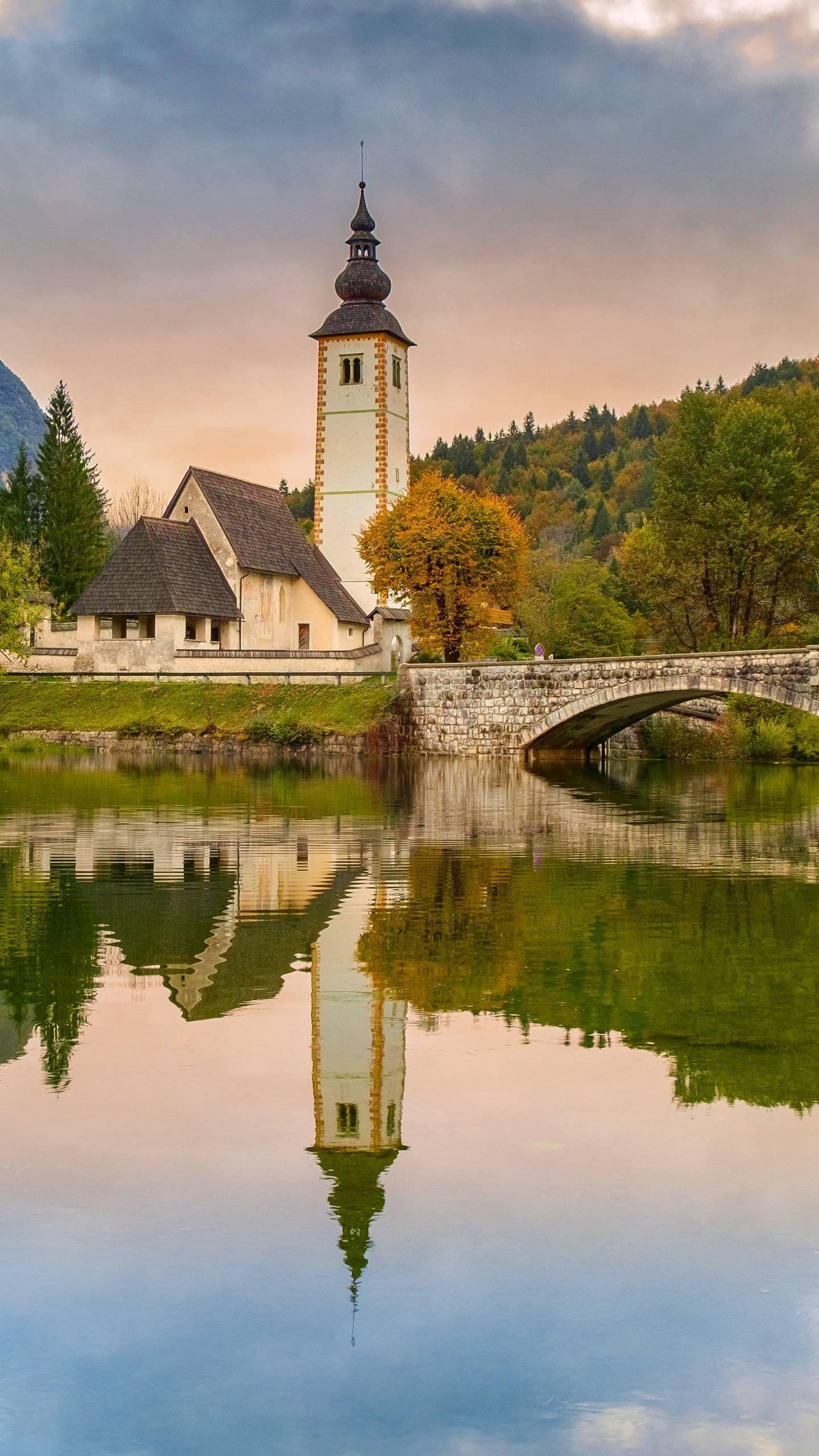 Traveling to Slovenia. In addition to the city, the country combines natural beauty such as the Alps, the Mediterranean and the karst.