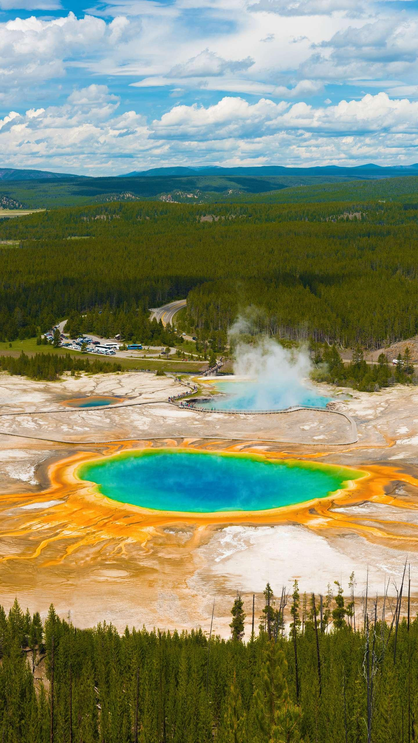 The most amazing park in the world. Because of the existence of volcanoes, there are a large number of hot springs and geysers, which constitute the most shocking part of Yellowstone.