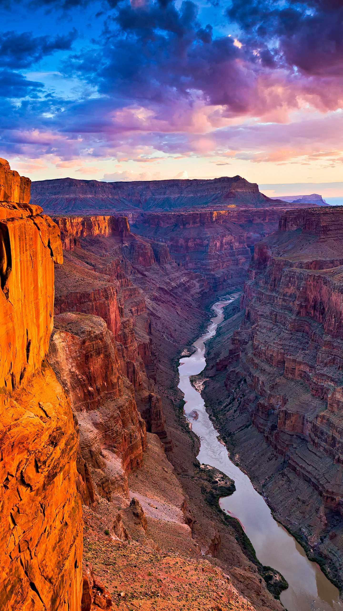 The magnificent Grand Canyon National Park, the grandeur of the Grand Canyon, is not only in its many different peaks and cliffs, but also in its color.