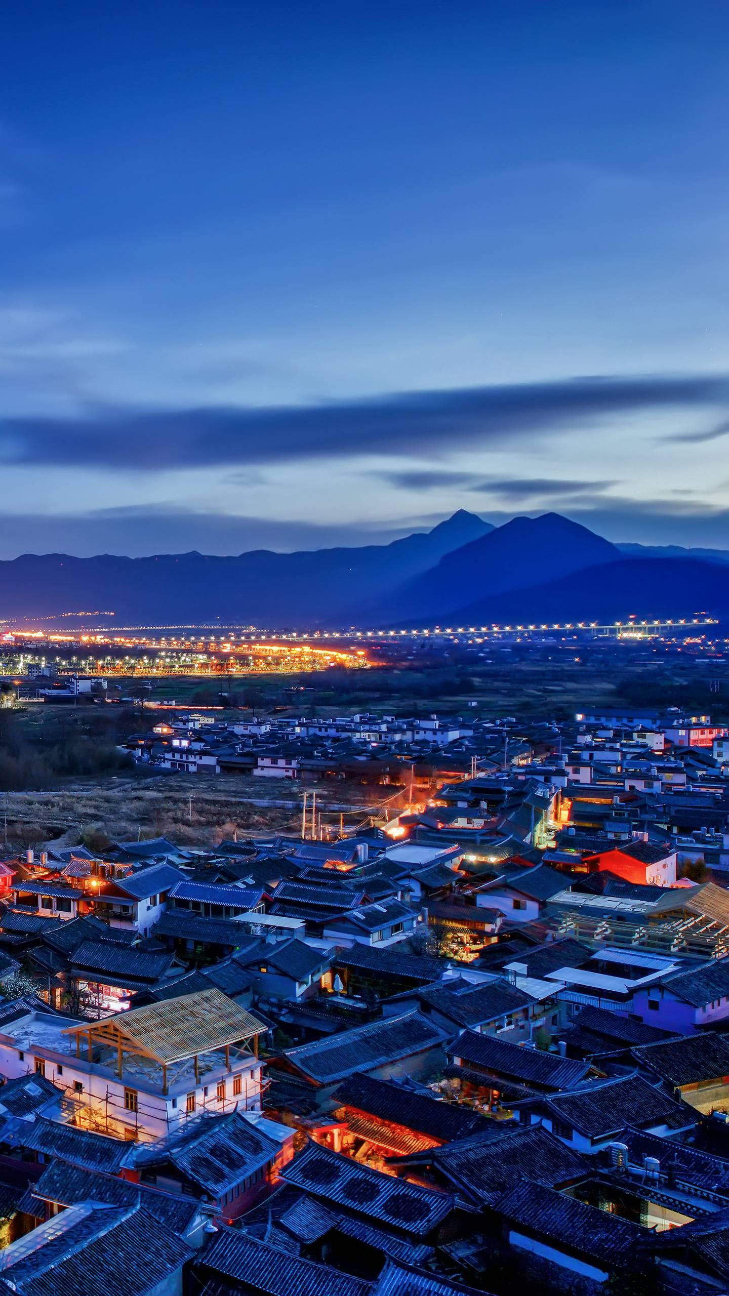 An ancient city without walls. Lijiang is a warm and quiet ancient city, with a winding and winding alley, stepping into it, making people feel like they are separated.