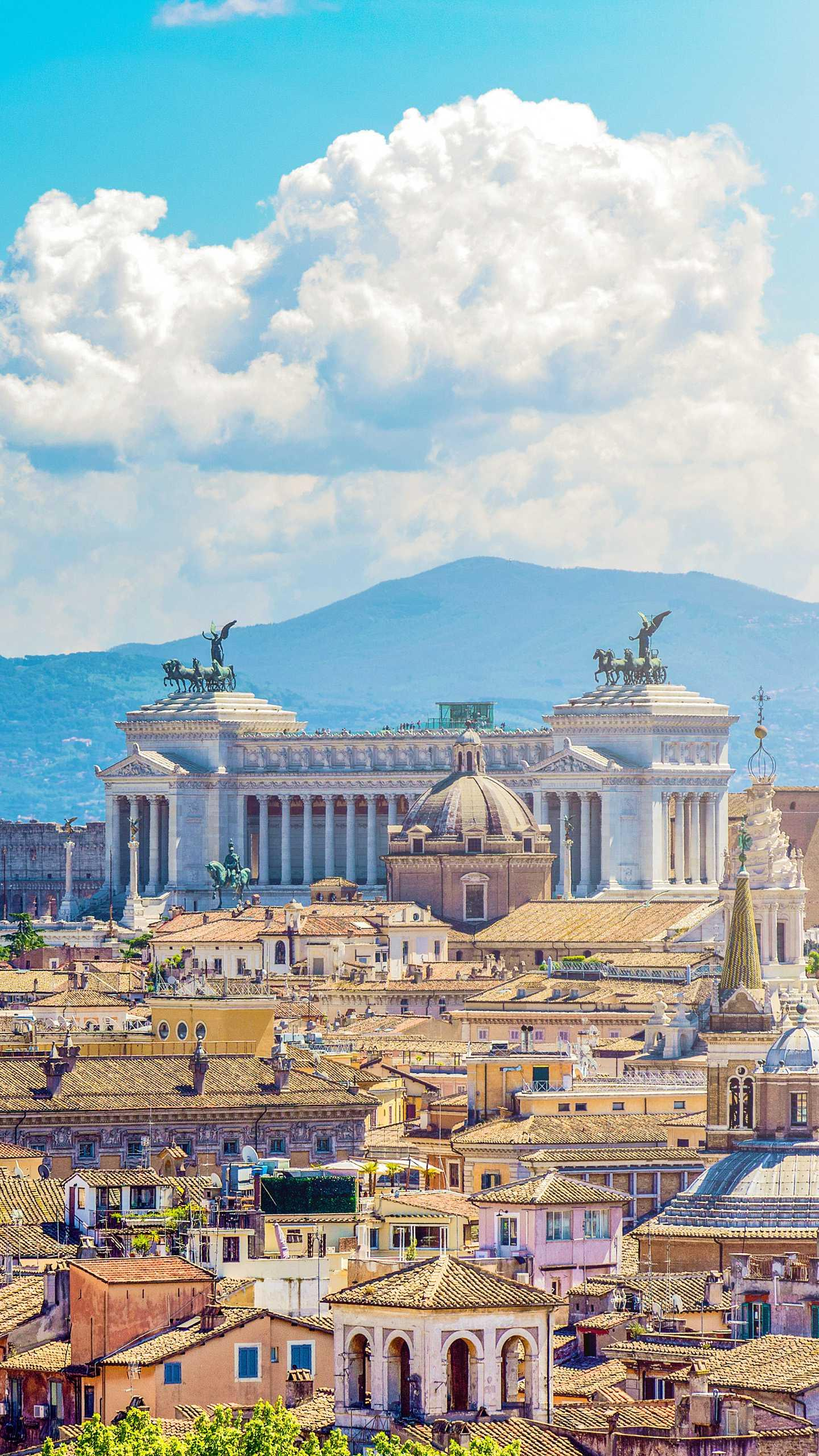 Rome - Piazza Venezia. The largest square in Rome, also the meeting point of the five streets, is magnificent.