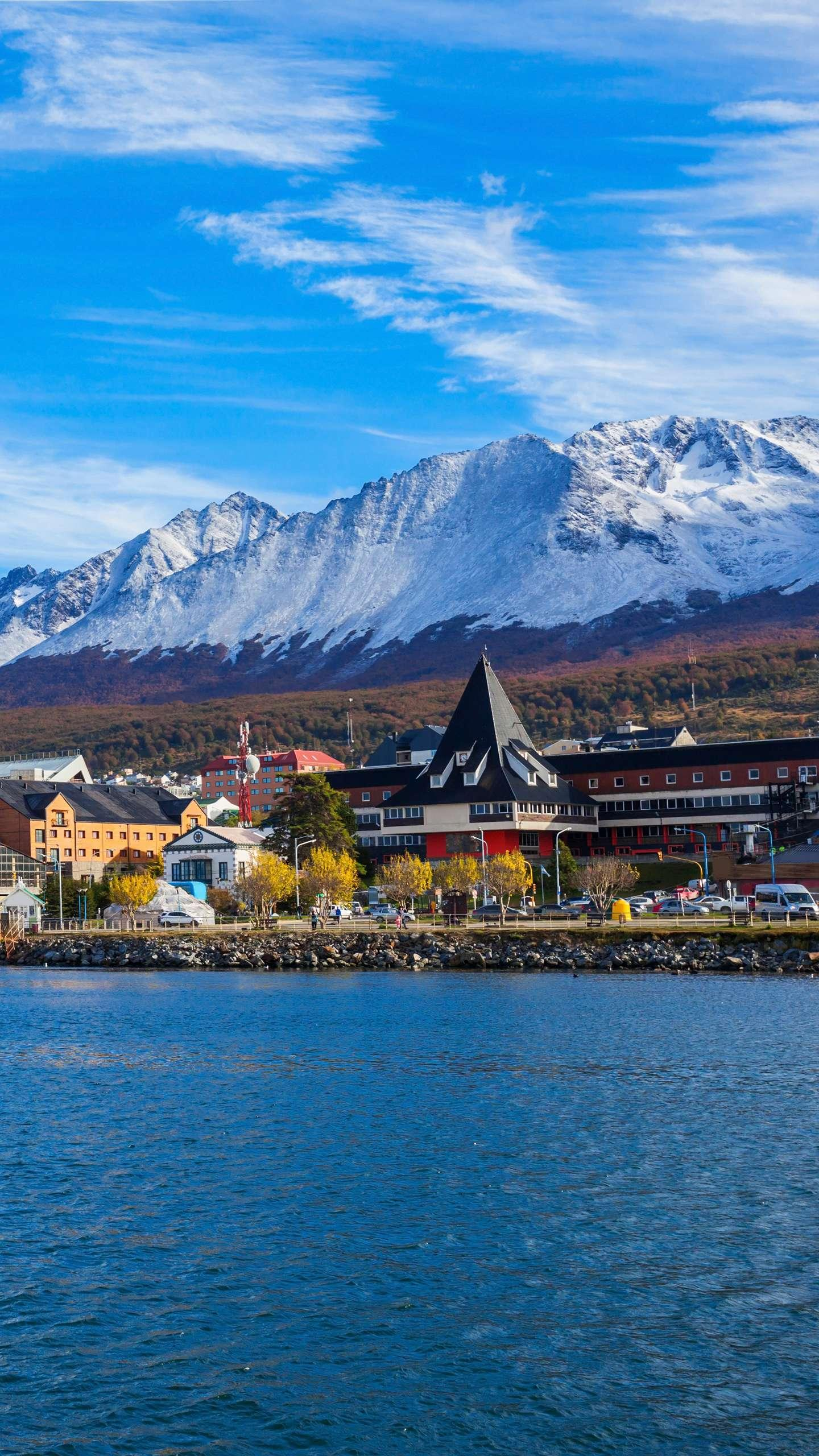 The end of the real world. The small town of Ushuaia, a small town in South America, with cold air and snow-capped peaks, allows people to feel the atmosphere of the South Pole in advance.