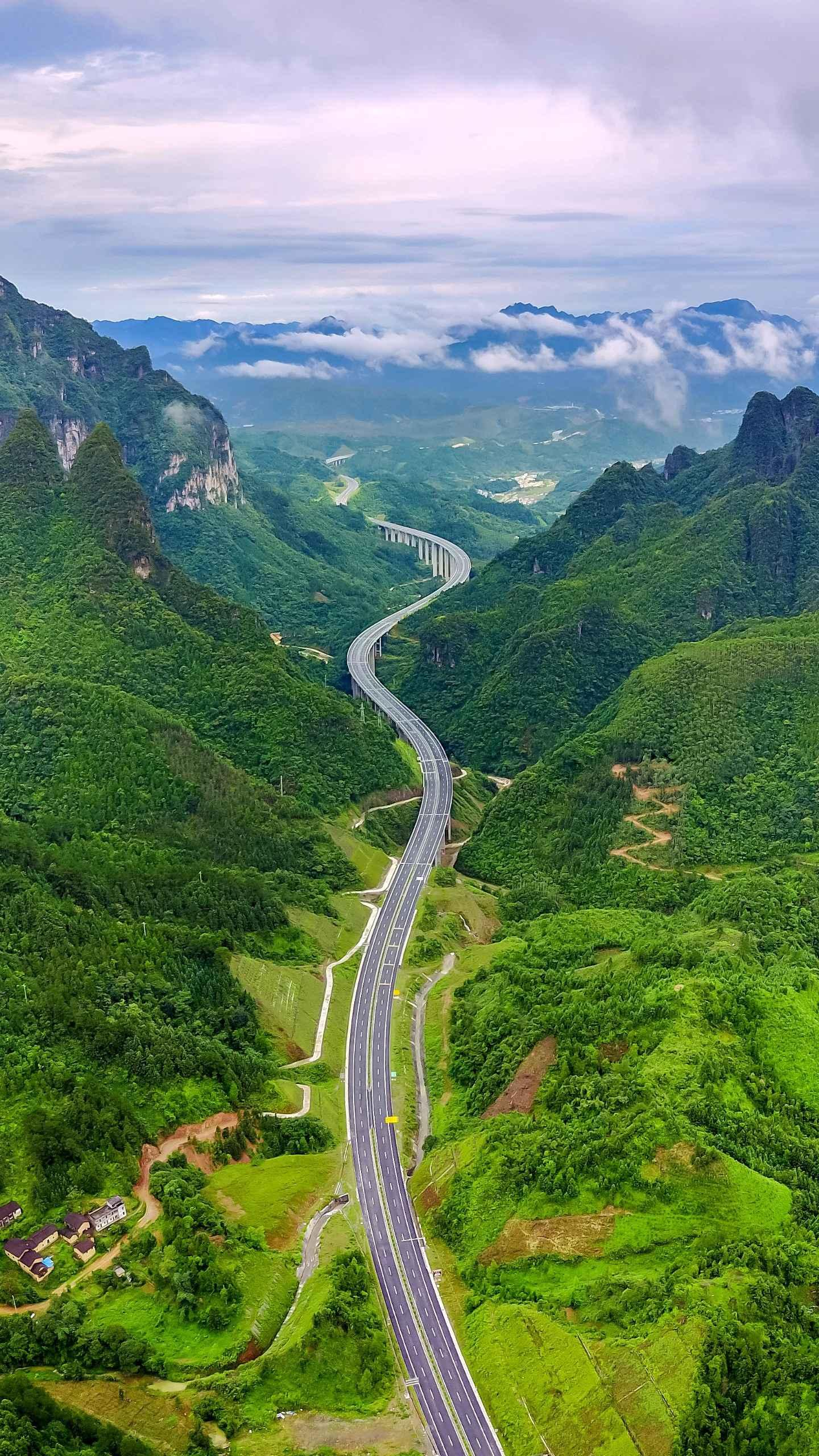 The winding highway. In order to avoid the occurrence of dangerous accidents, and at the same time let the drivers be vigilant, the general highways are built up and down.
