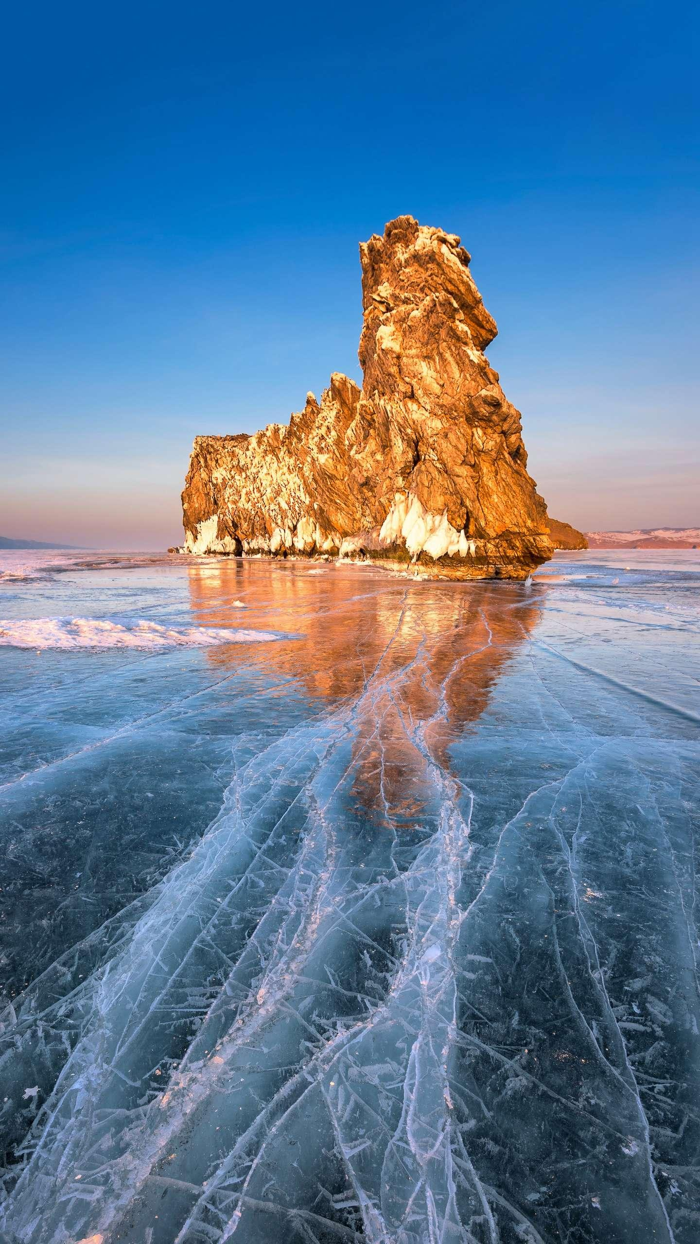 Winter Baikal wonders. Half of the beauty of Lake Baikal comes from Li Jian, and the other half comes from the winter blue scenery full of ice and ice marks.