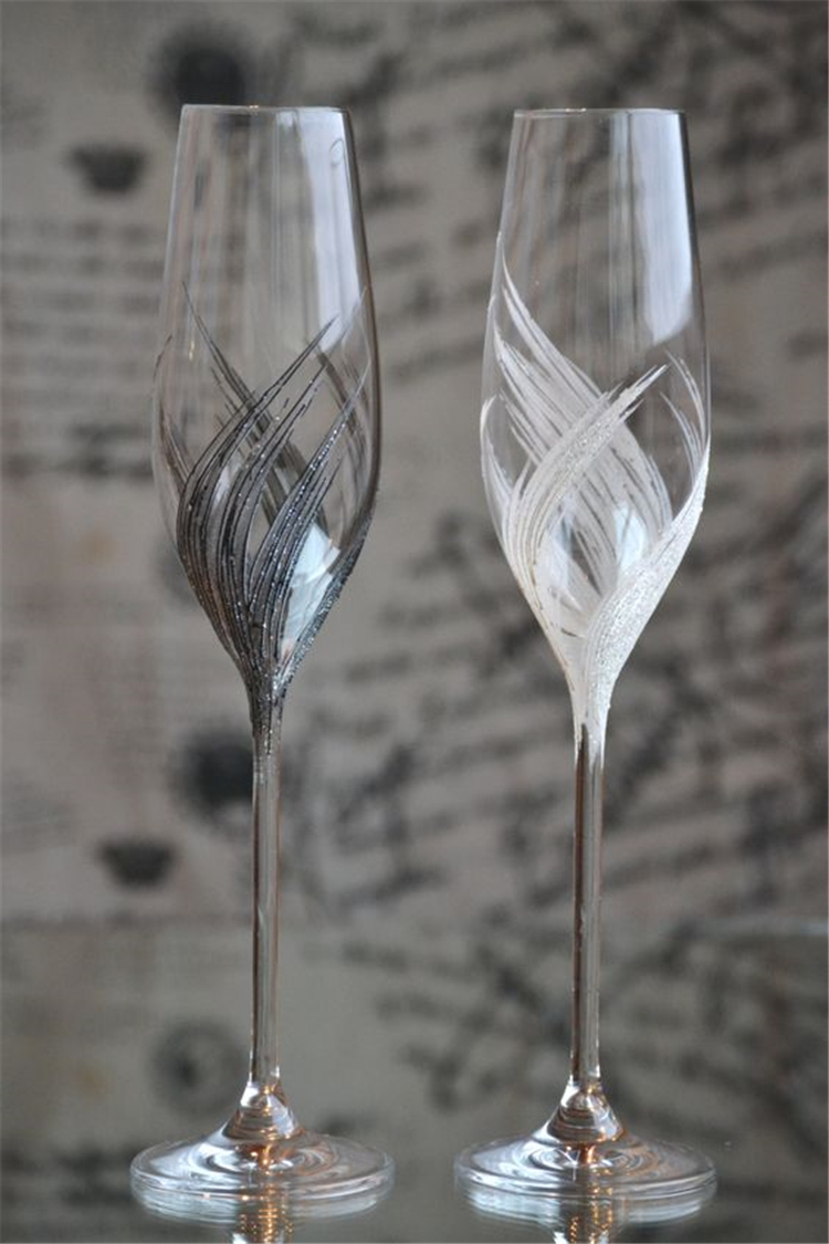 champagne glasses decorated; wedding glasses; personalized wedding glasses; wedding champagne glasses toasting #homedecor #dinningroomdecor #tabledecor