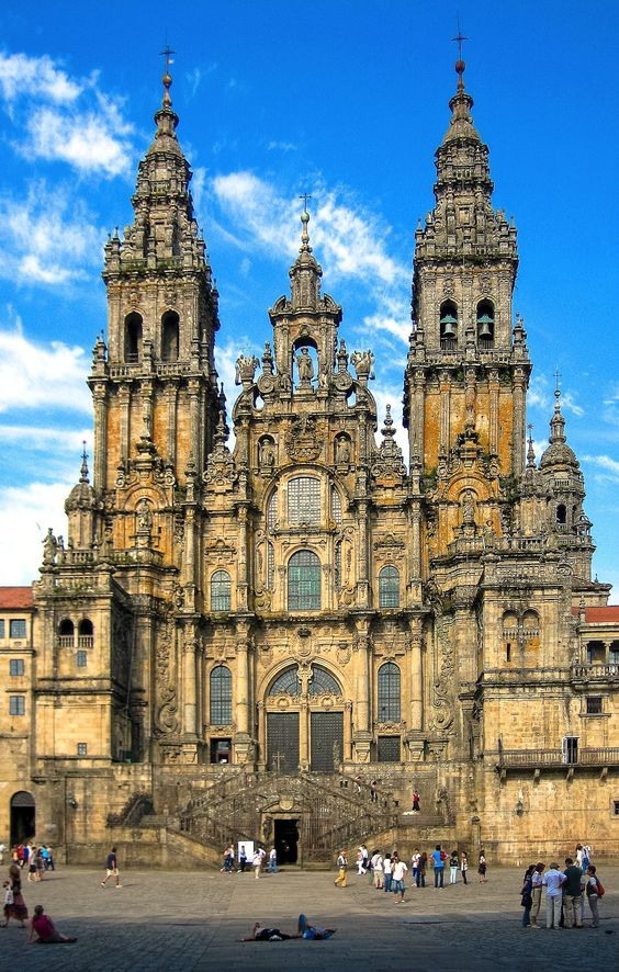 4, Spain Santiago de Compostela: If you want to hold a wedding in a perfect church, then go to Spain. Santiago de Compostela is home to a thousand-year-old cathedral. Although there are a lot of people waiting in line to hold a wedding at this site, it is definitely worth waiting for.