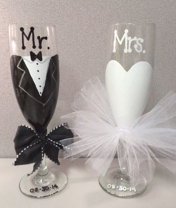 his and her glasses wedding; champagne glasses decorated; wedding glasses; personalized wedding glasses; wedding champagne glasses toasting #homedecor #dinningroomdecor#tabledecor
