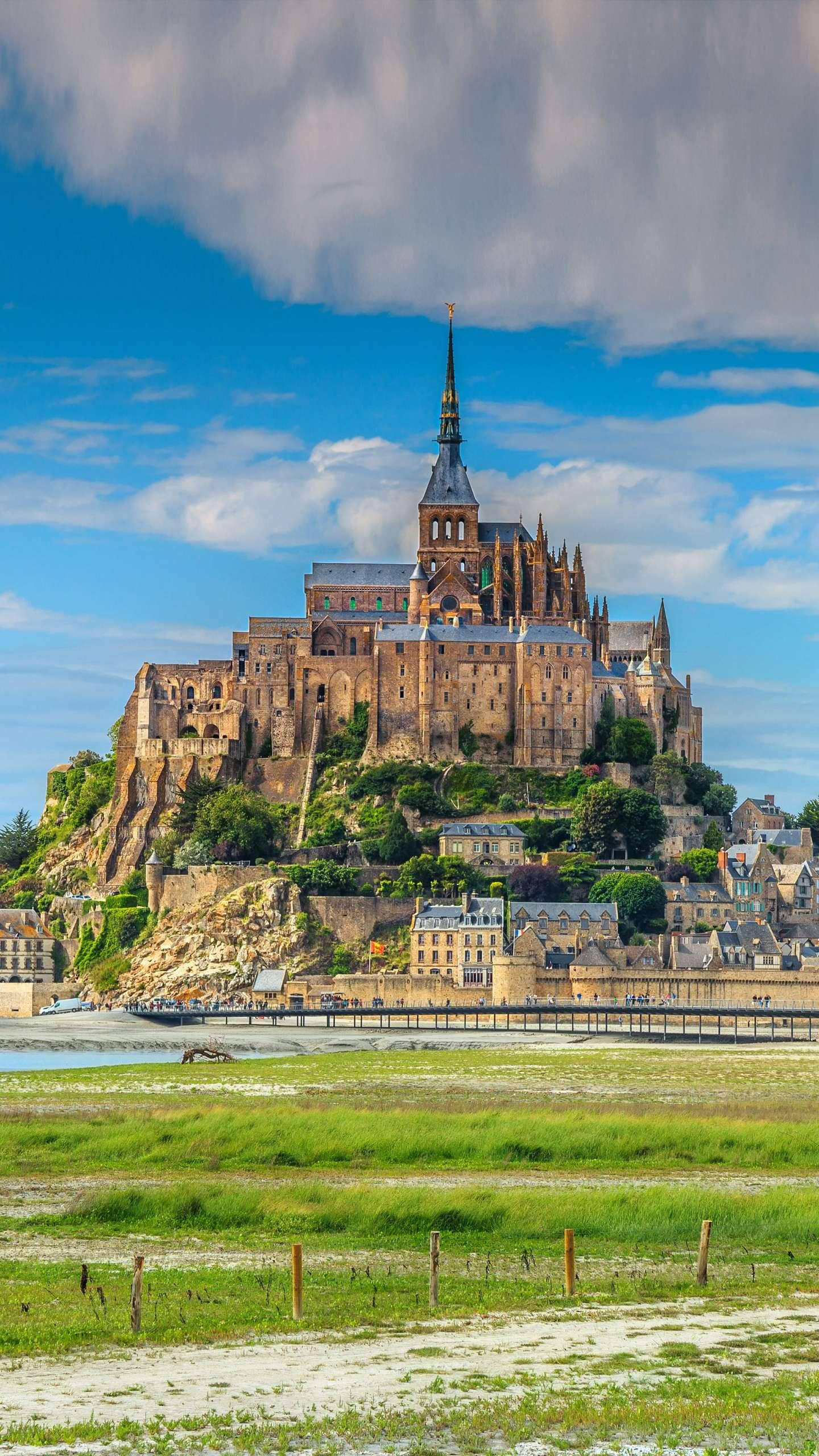Mont Saint-Michel, Mont Saint-Michel is a famous French monument with a long history and beautiful natural scenery.